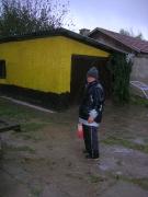 Helferin Marika im Regen