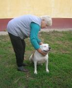 Coco und ihre ältere Dame, die sie gefüttert hat